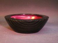 Esche schwarz-rot, außen mit Goldwachs behandelt. D=17cm, H=5,6cm