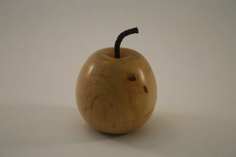 Apfel aus Rotdorn mit Wurmloch a