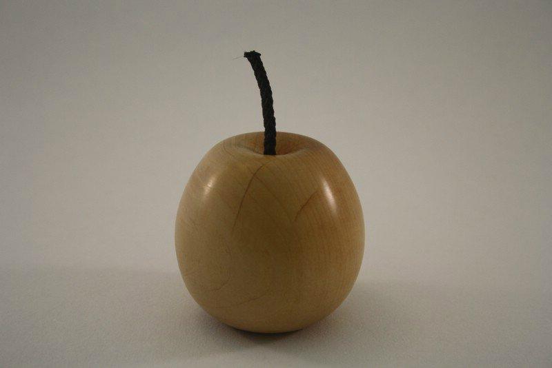 Apfel aus Rotdorn mit Wurmloch b
