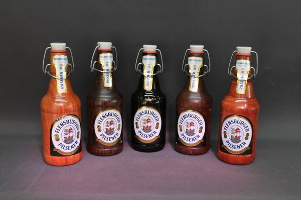 Flasch-Flens aus verschiedenen, teilweise gebeizten Hölzern.  Alle mit einem herausnehmbaren Reagenzglas mit Stopfen für ...?
